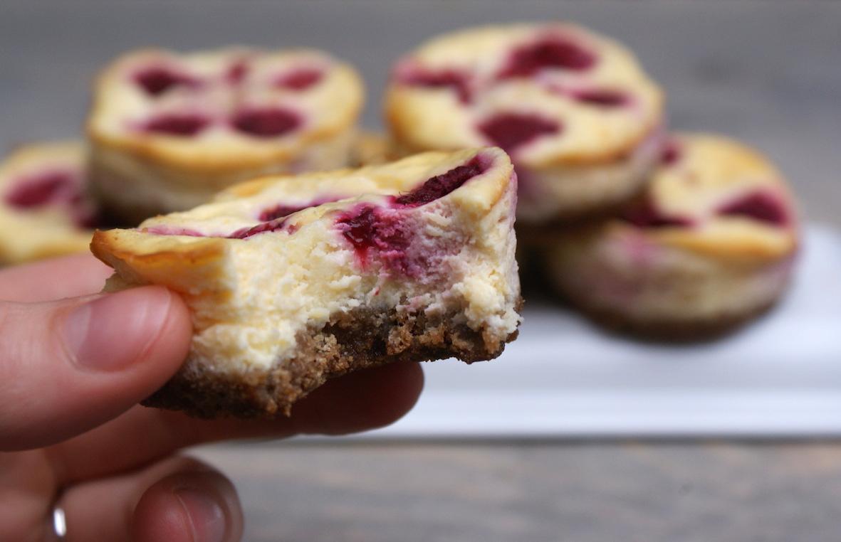 Mini cheesecakes met framboos en witte chocolade