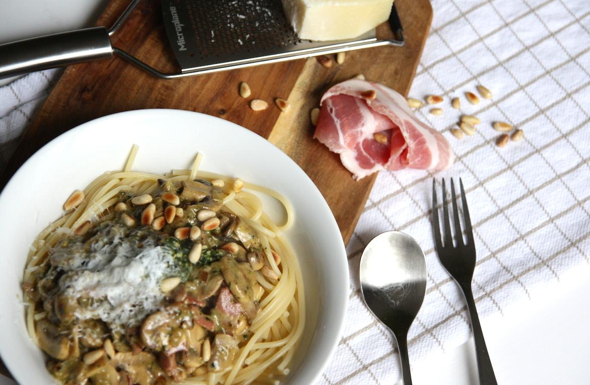 Spaghetti met champignons, spek en pesto
