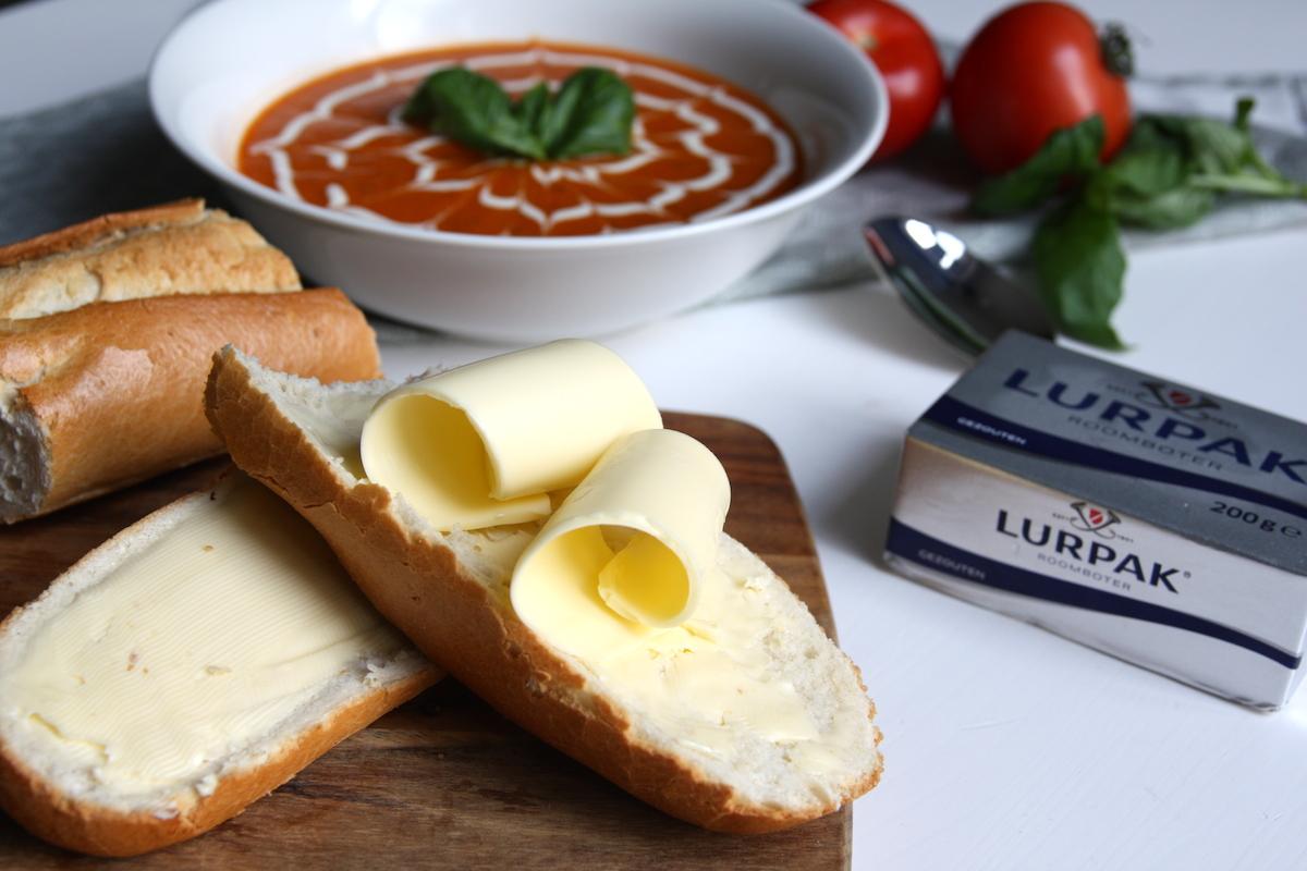 Vers stokbrood met gezouten boter en paprika-tomatensoep
