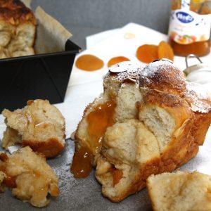 Zoet plukbrood met abrikozen en amandel
