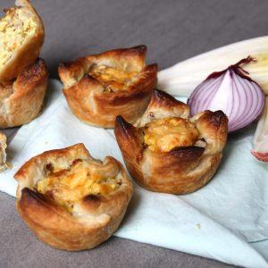 Bladerdeeg taartjes met witlof, kerrie & kaas