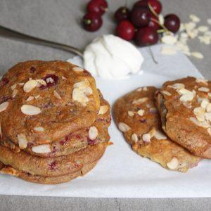 Platte amandel-yoghurt broodjes met kers