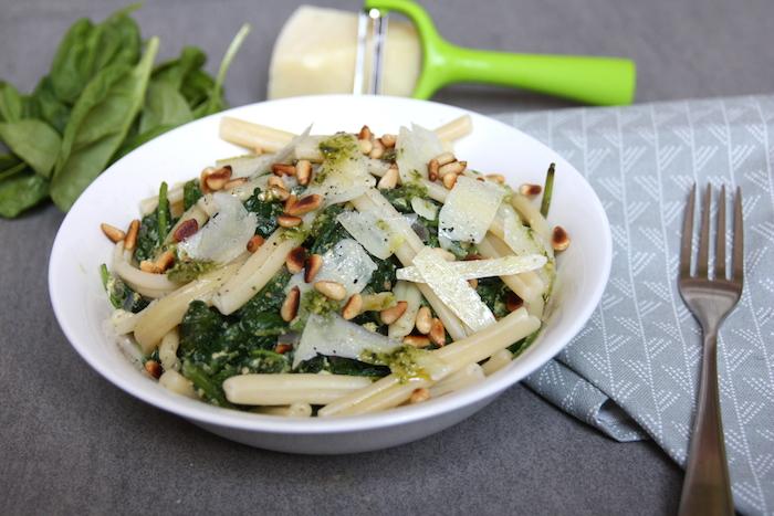 Pesto spinazie pasta met pijnboompitten (vega)