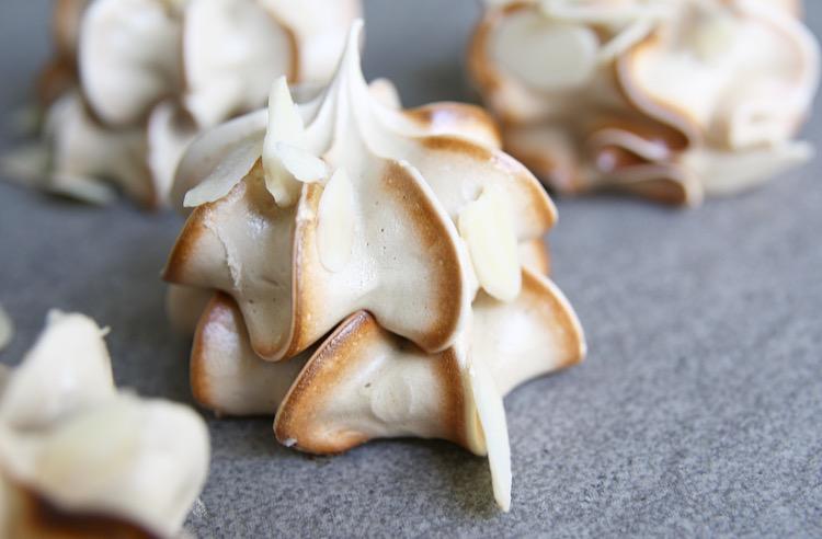 Koffie meringues met amandelschaafsel