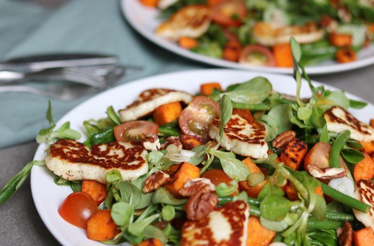 Zoete aardappel salade met haricots verts en halloumi