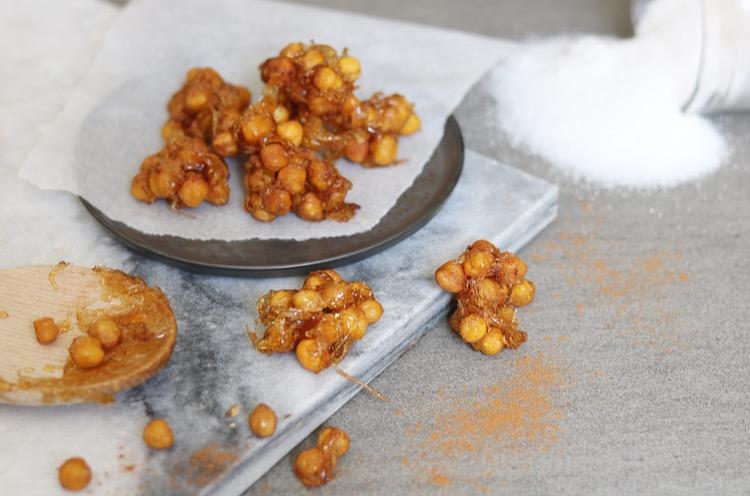Krokante karamel kikkererwt rotsjes met kaneel