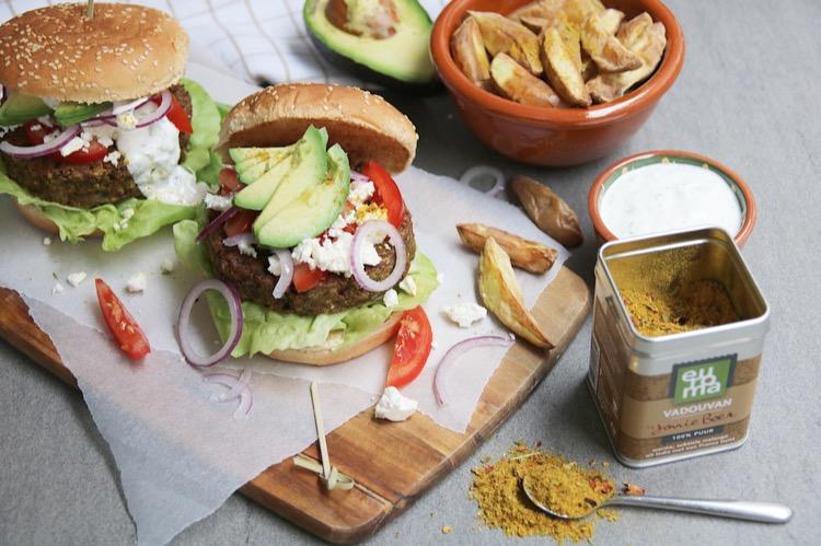 Linzenburgers met feta en een yoghurt-komkommersausje