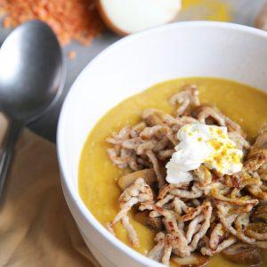 Pompoen-linzensoep met champignons en gehakt