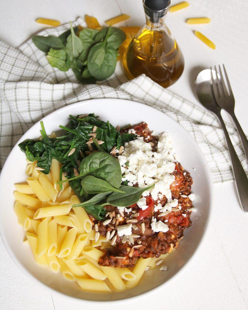 Pasta met linzen-tomatensaus, spinazie en feta
