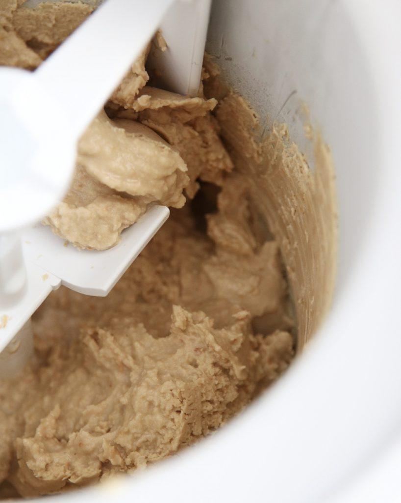 Zelf romig kokos-koffie ijs maken