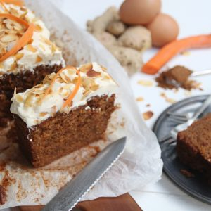 Kruidige carrotcake met gember frosting en amandelschaafsel