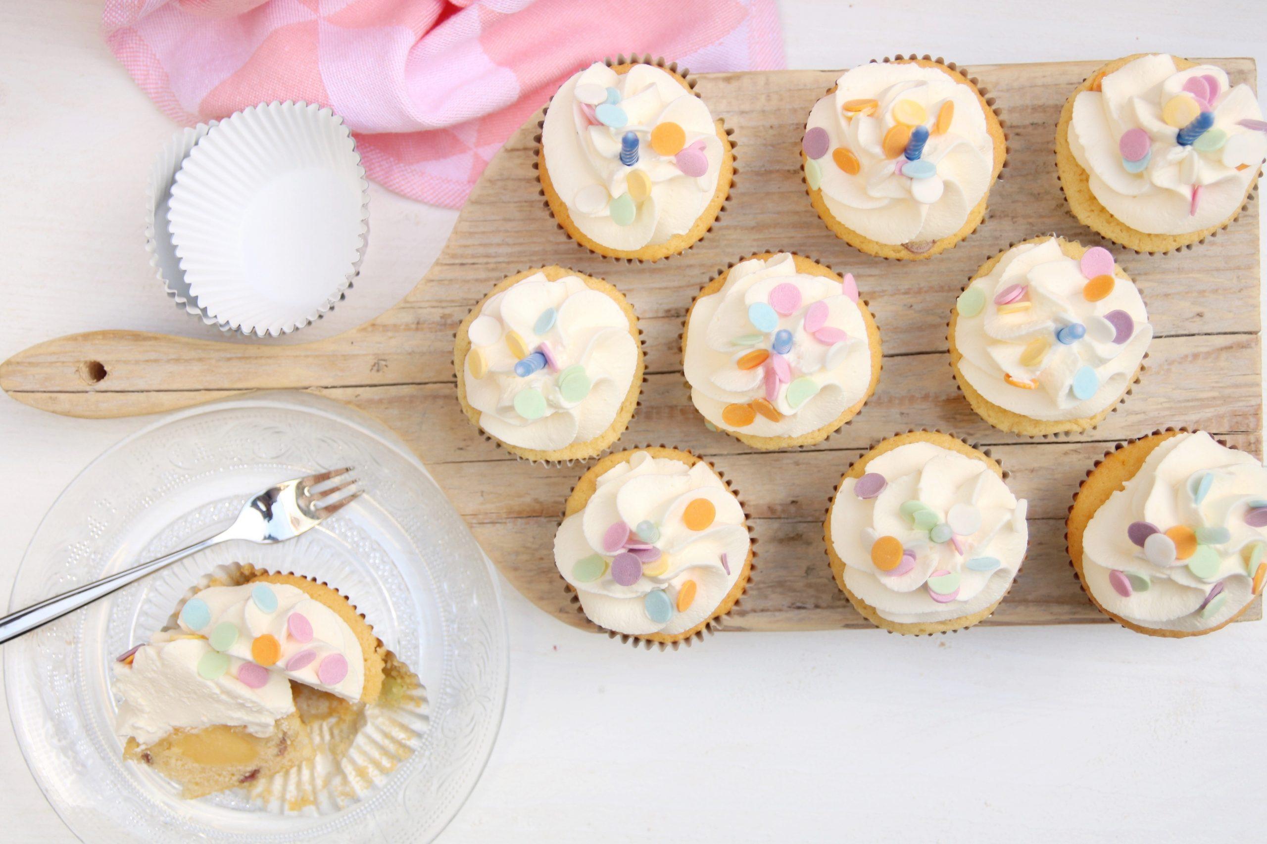 Feestelijke confetti cakejes met slagroom