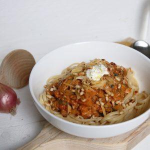Pasta met tomaten-roomsaus, courgette en champignons