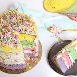 Kleurrijke verjaardagstaart met slagroom en sprinkels