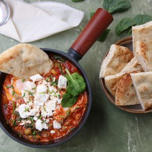 Shakshuka met groene groentes en feta