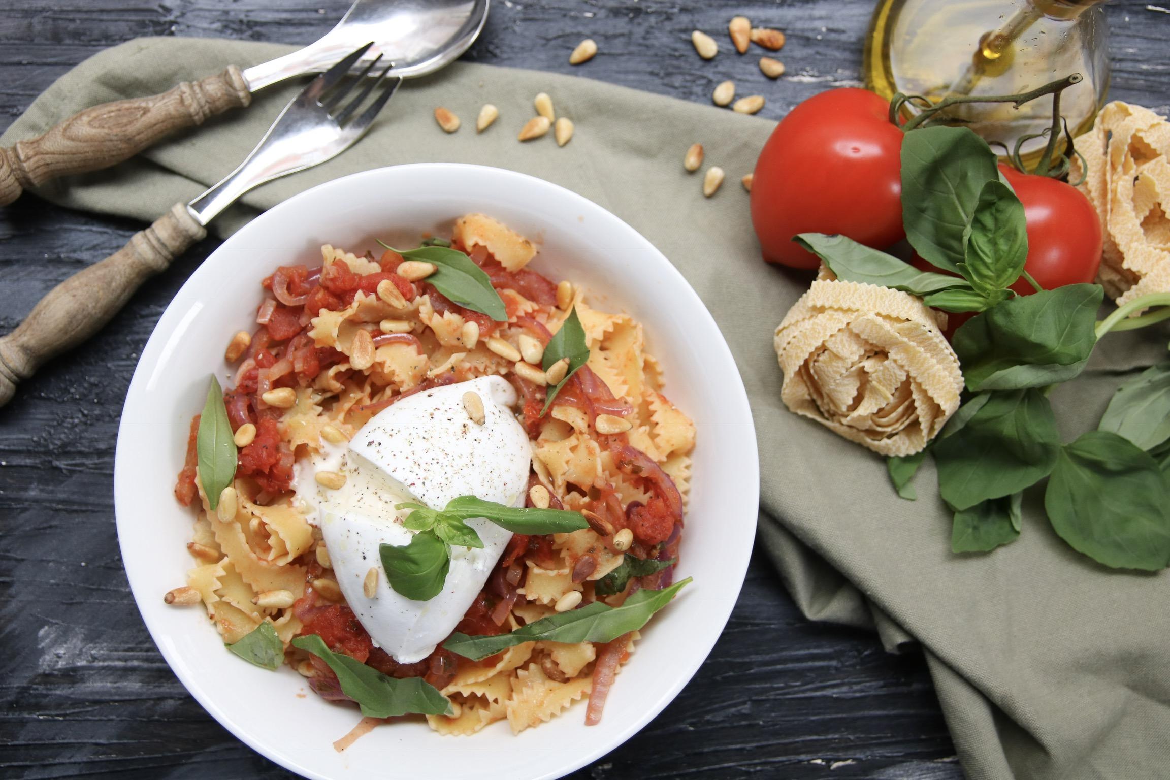 Super snelle pasta met tomaat en burrata