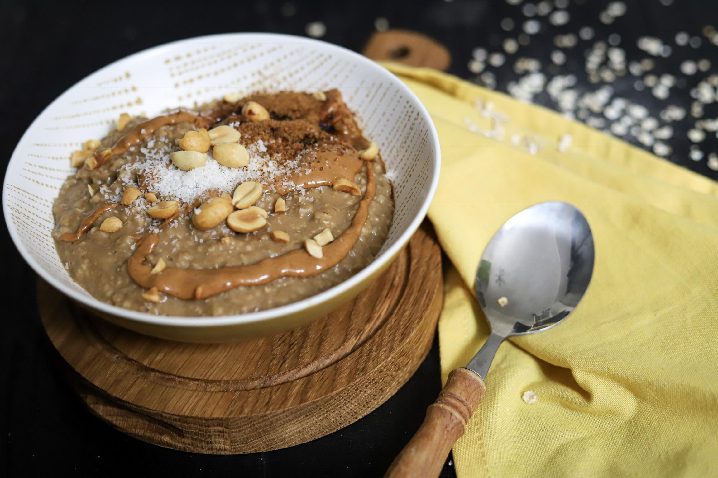Romige koffie havermout met pindakaas en kokos