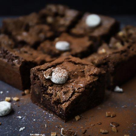 Smeuïge brownies met kokos kruidnoten en karamel blokjes
