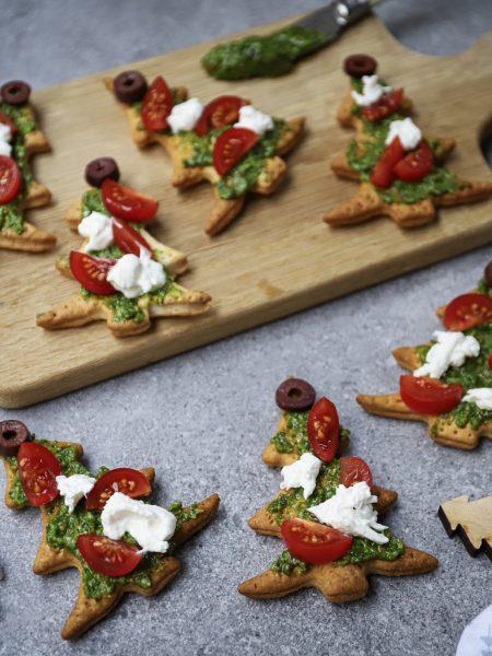 Kerstboom toastjes met pesto, tomaat en burrata