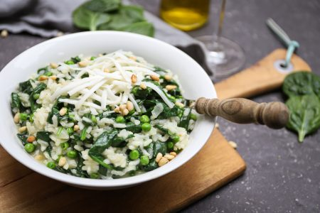 Risotto met spinazie, doperwten en geitenkaas