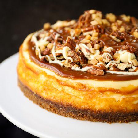 Cheesecake met witte chocolade, karamel en pecannoten