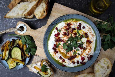 Labneh met brood en gegrilde groente