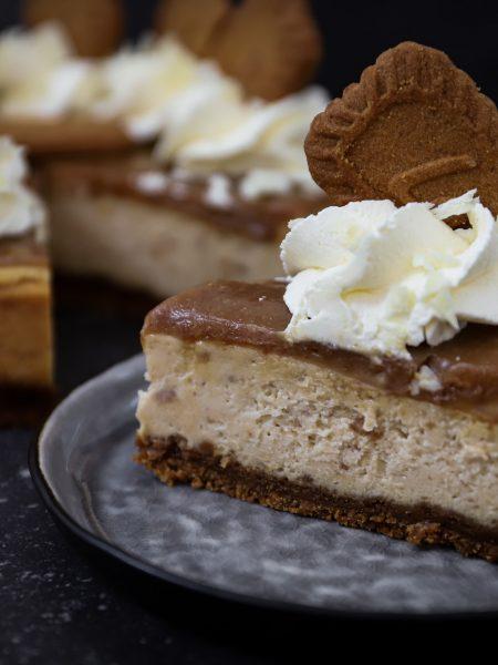 Speculoos cheesecake met witte chocolade en slagroom