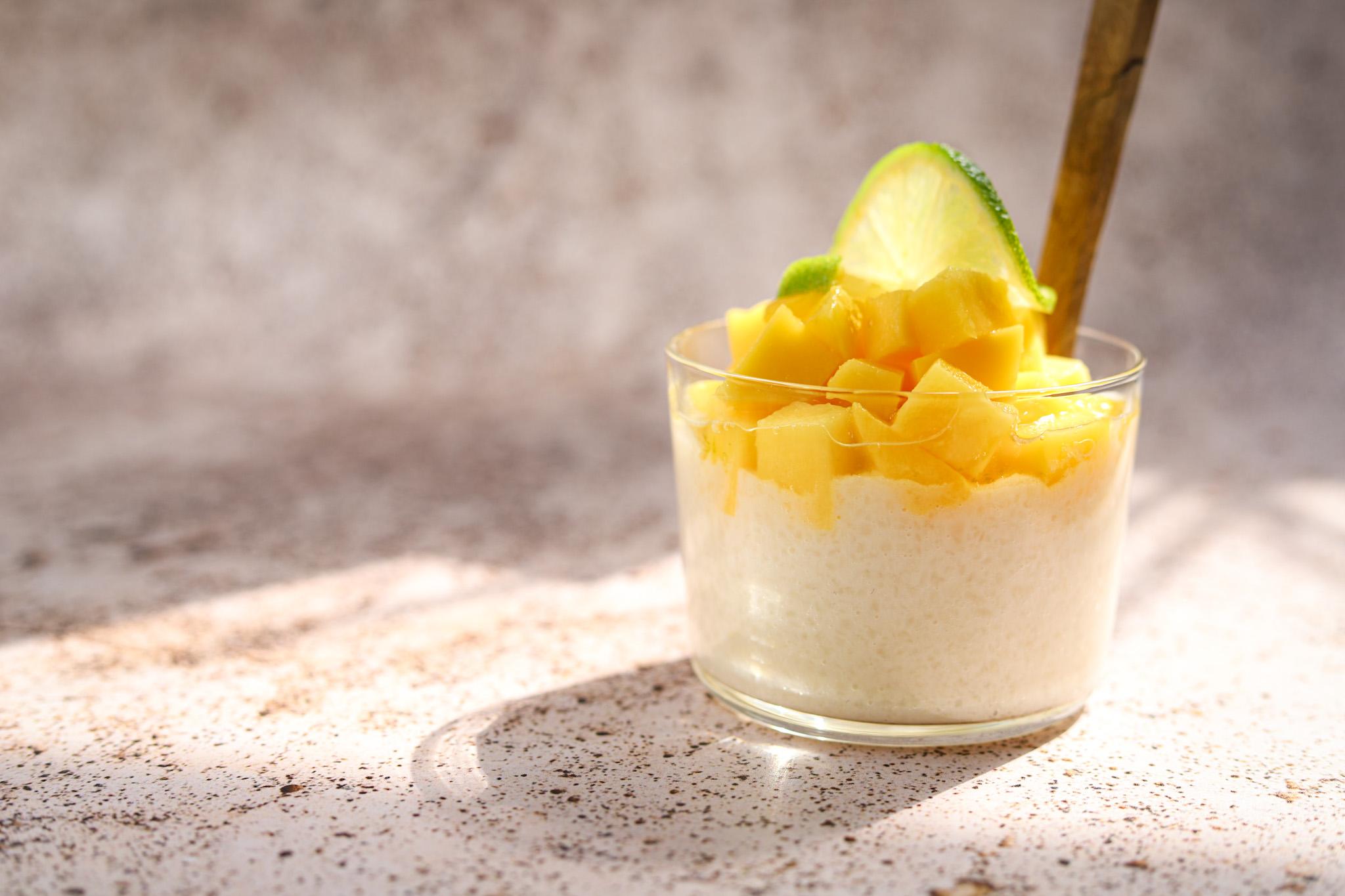 Kokos rijstepap met mango en limoensiroop