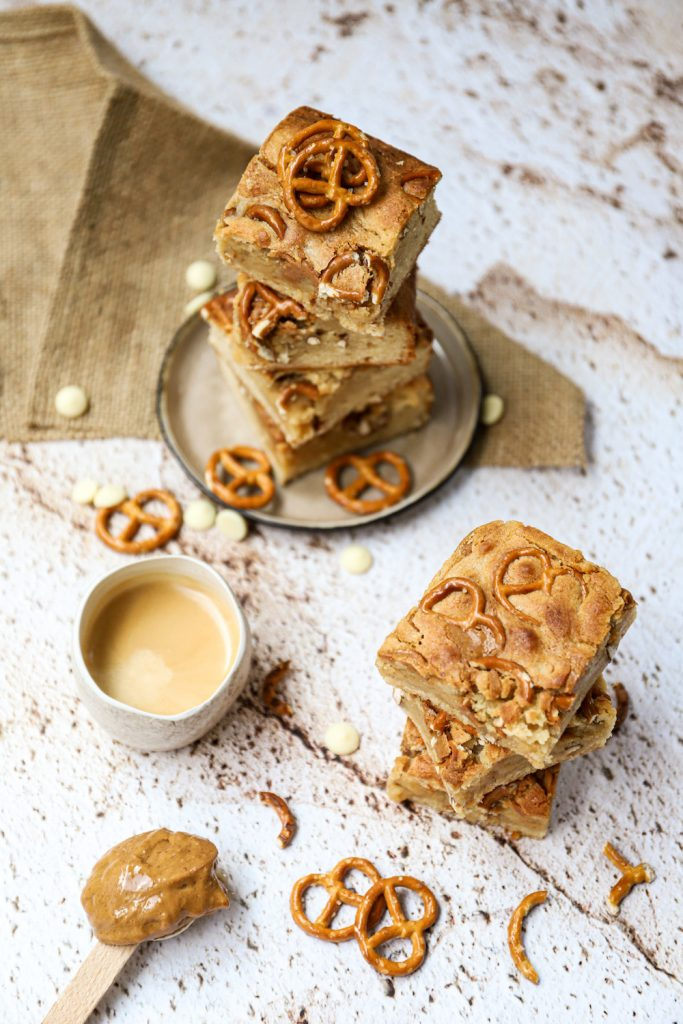 Pindakaas pretzel blondies bovenaf