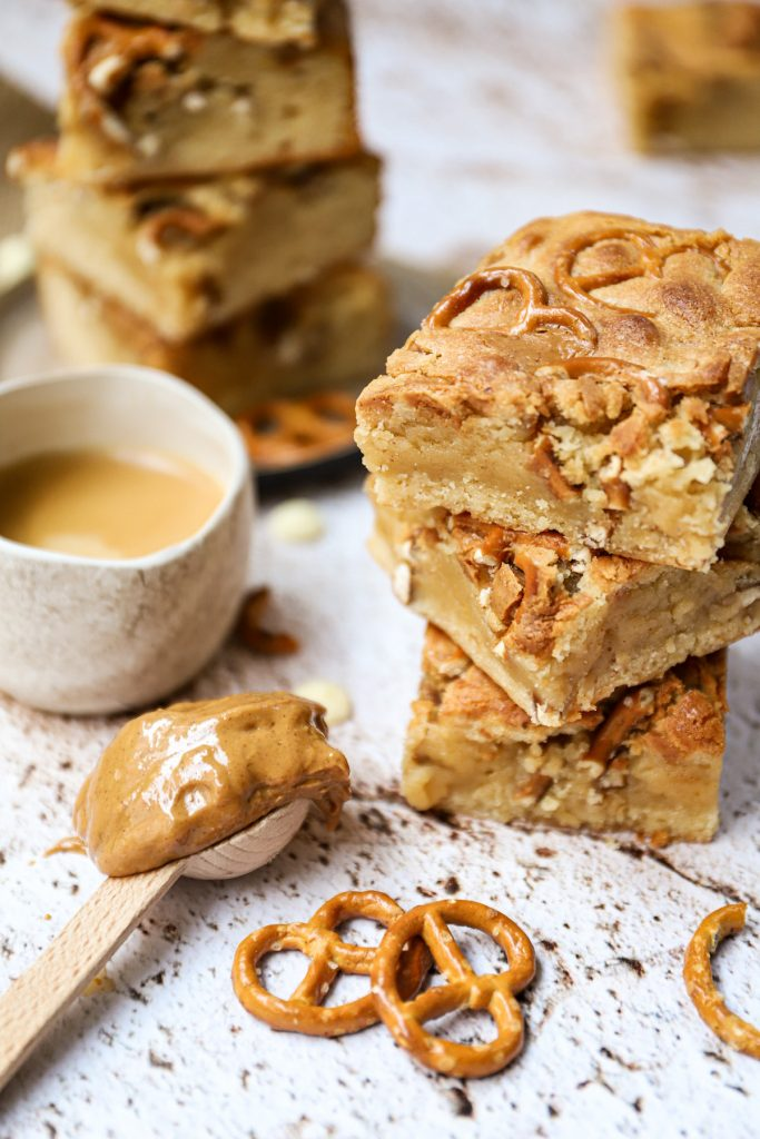 Pindakaas pretzel blondies staand