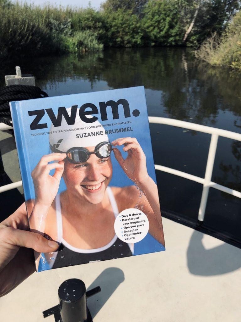 Lezen in het boek zwem.