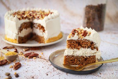 Kruidcake taart met koffie en pecannoten