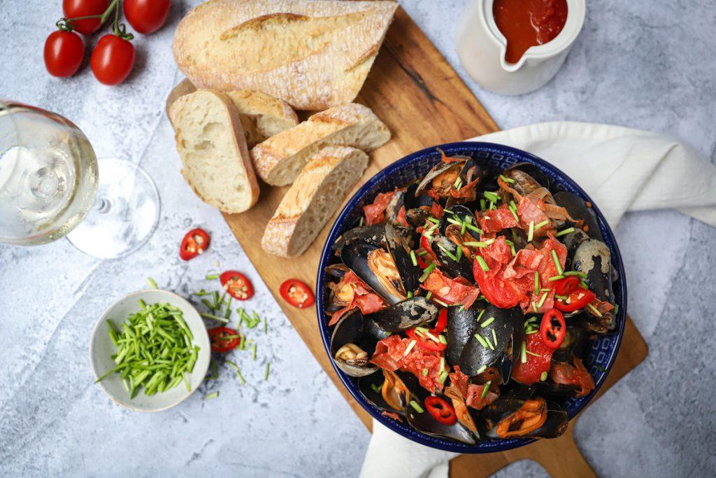 Pittige mosselen met tomaat en chorizo bovenaf