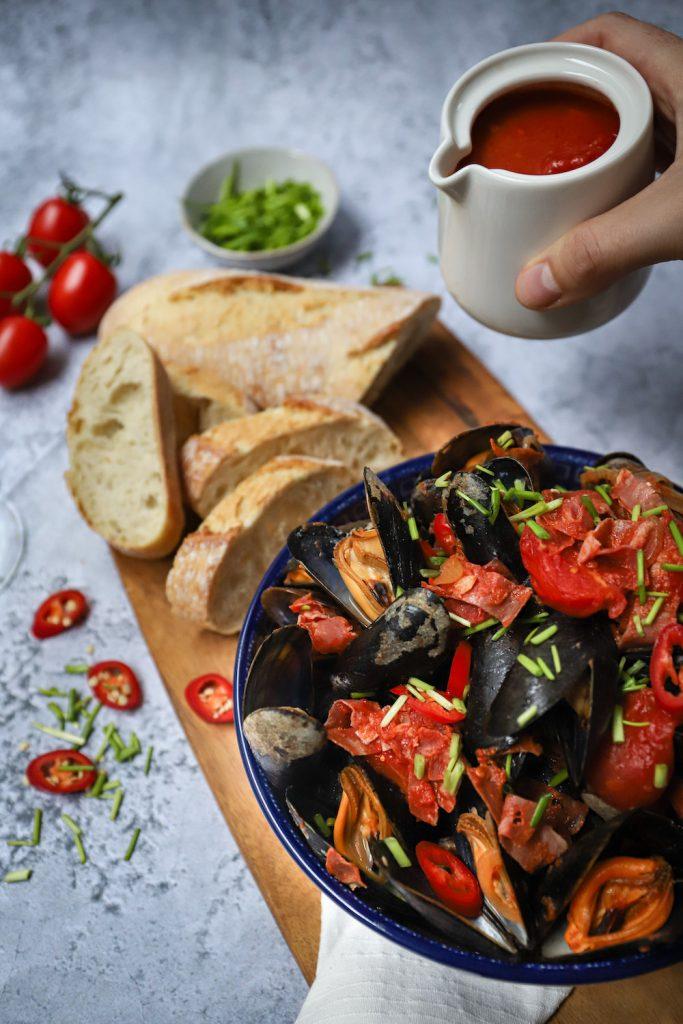 Pittige mosselen met tomaat en chorizo staand met saus