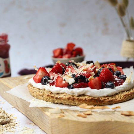 Zoete ontbijtpizza met rood fruit