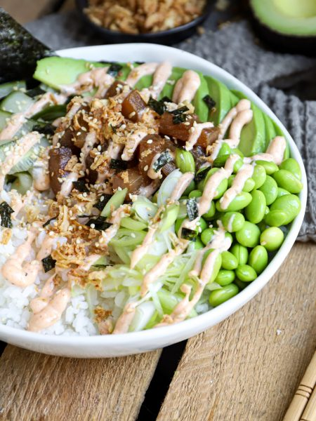 Sushibowl met groene groentes en tonijn