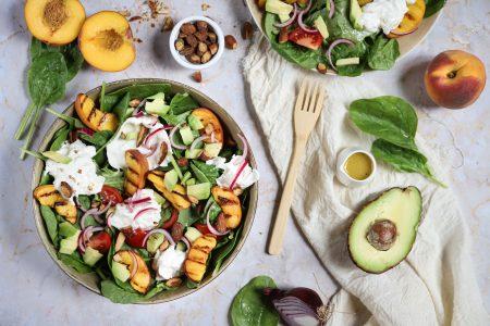 Spinazie salade met burrata en gegrilde perzik